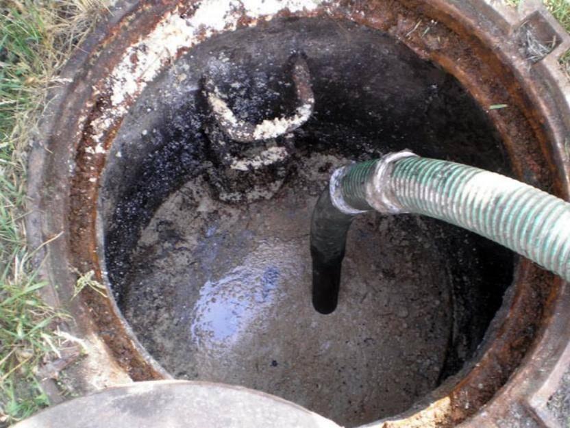 Выгребная яма быстро наполняется (заилилась), что делать: избавиться (убрать) от ила
