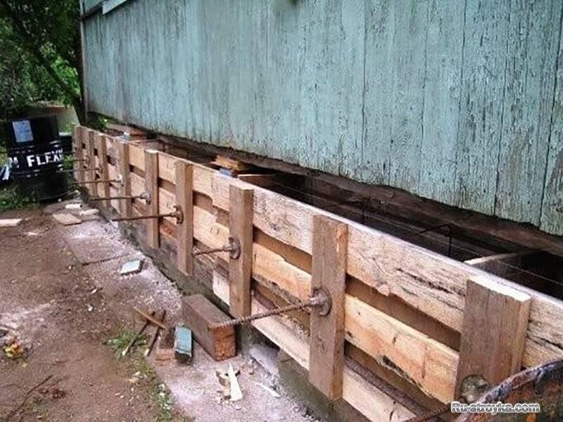 Как правильно поддомкратить деревянный дом?