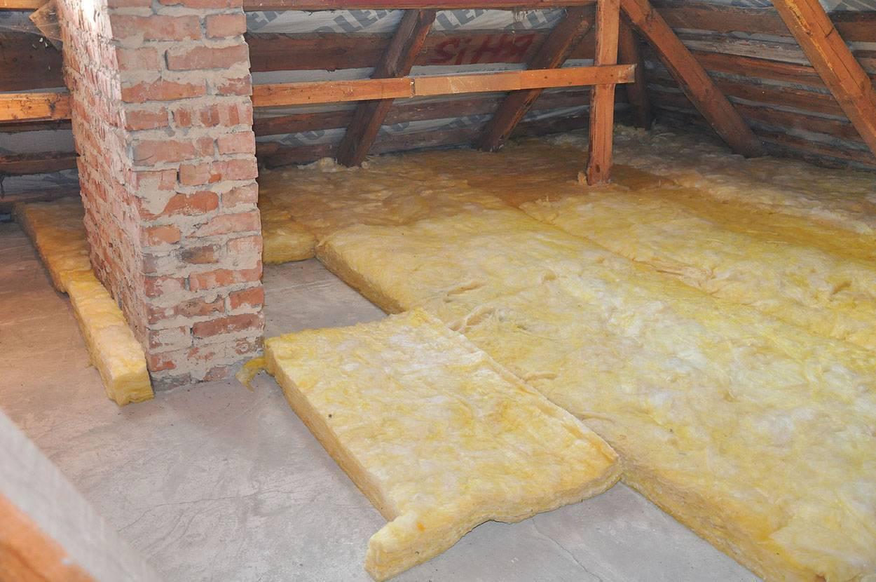 Как утеплить потолок со стороны чердака в частном доме: чем лучше утеплять холодный чердак и какой должна быть толщина материала, вариант обивки минеральной ватой