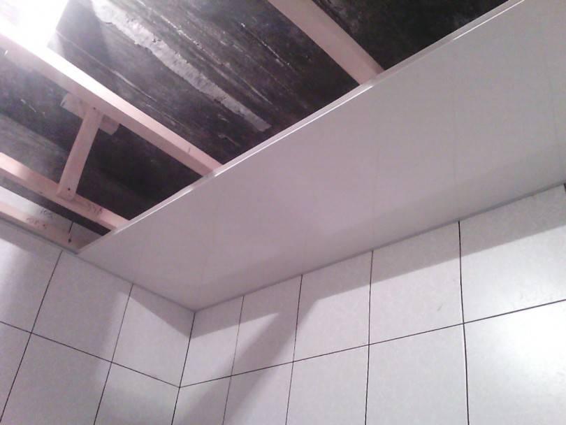 Какой потолок лучше в ванной – обзор вариантов отделки