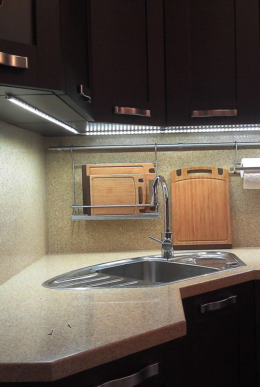 Подсветка рабочей зоны на кухне (59 фото): освещение светодиодной лентой, свет над рабочей кухонной поверхностью, использование сенсорных светильников