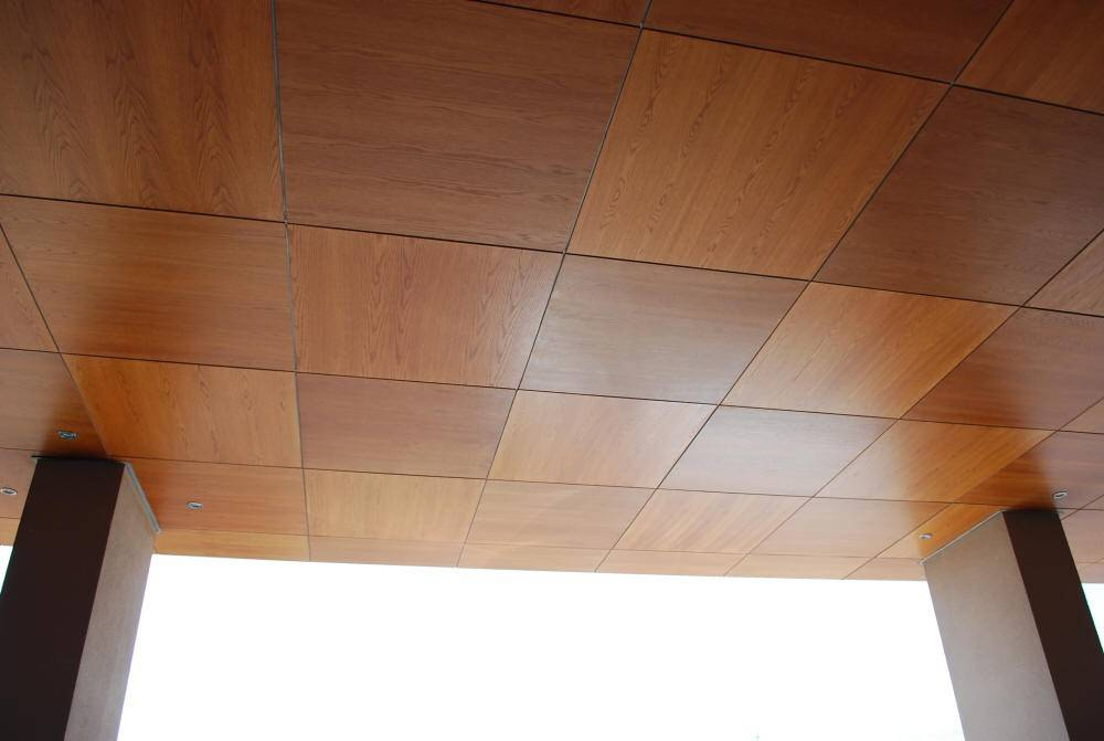 5 вариантов отделки потолка на балконе