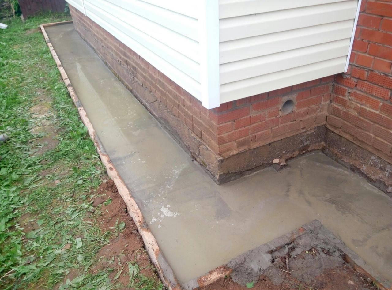 Чем покрыть отмостку из бетона: отделать покрытие отмостки вокруг дома краской
