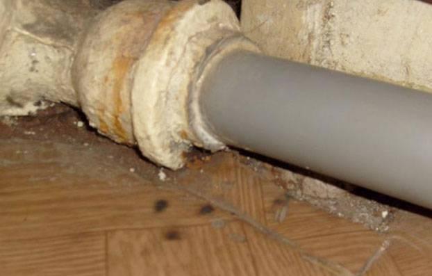 Чем заделать трещину в чугунной канализационной трубе — способы и материалы