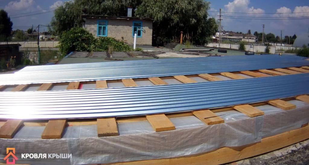 Как сделать односкатную крышу из профнастила на гараже своими руками