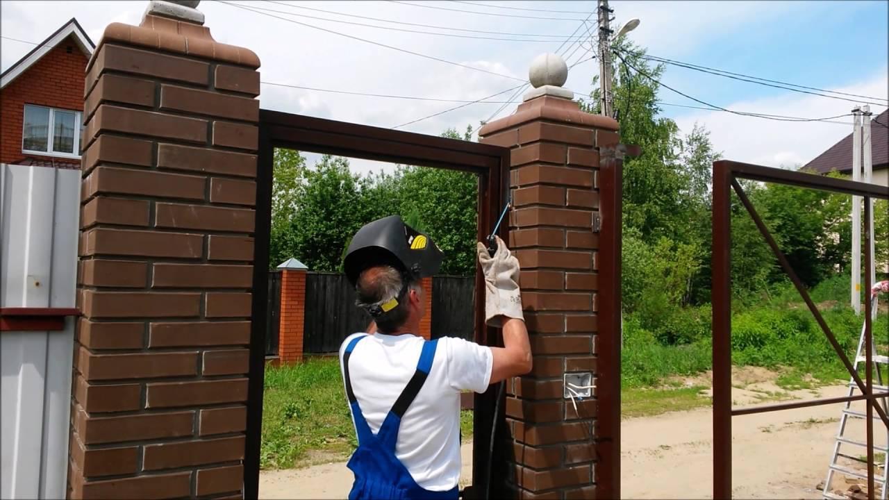 Забор с кирпичными столбами (54 фото): какой вариант выбрать, красивые ворота на ленточном фундаменте из кирпича со столбиками