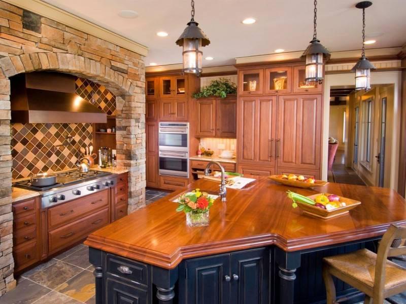 Белые кухни с деревянной столешницей: глянцевые и матовые кухонные гарнитуры, дизайн интерьера серо-белой и черно-белой кухни с фартуком
