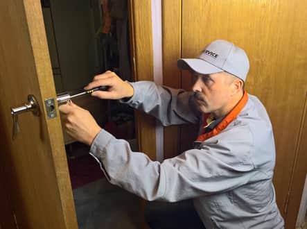 Замена разбитого стекла в межкомнатной двери: как сделать ремонт межкомнатных дверей и поменять стекло своими руками