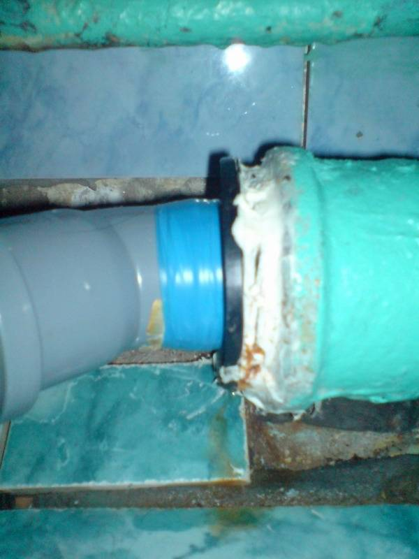 Как соединить чугунную канализационную трубу с пластиковой: 5 способов