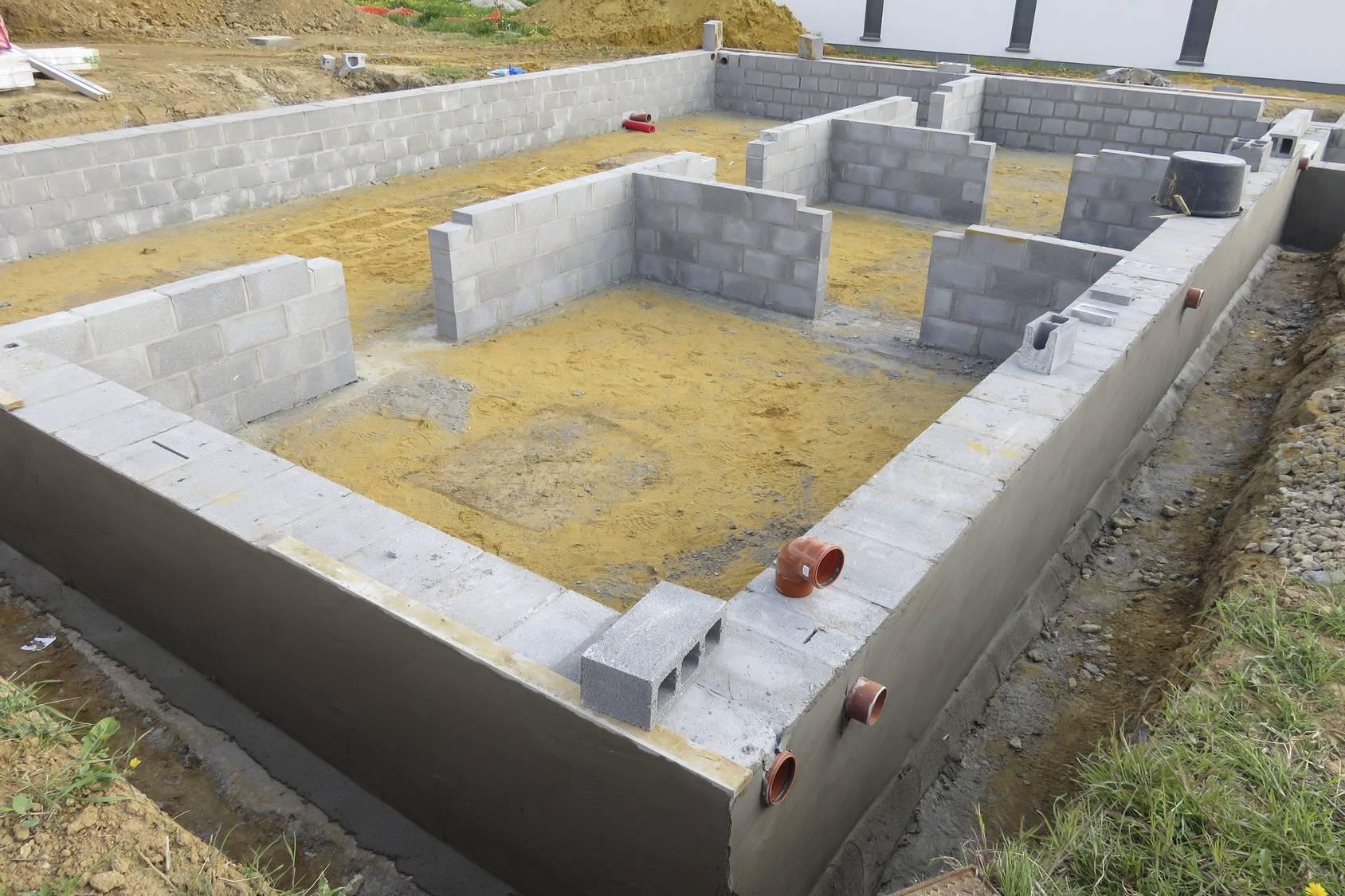 Разновидности цокольных блоков и инструкция по возведнию конструктивного элемента дома