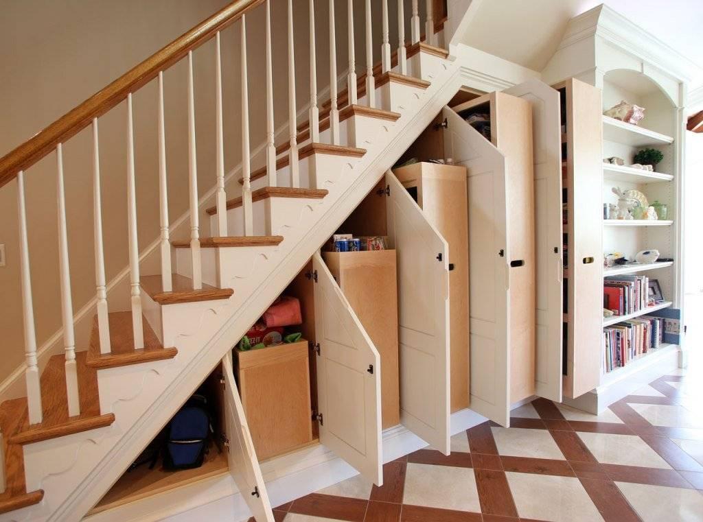 Пространство под лестницей в загородном доме: как использовать