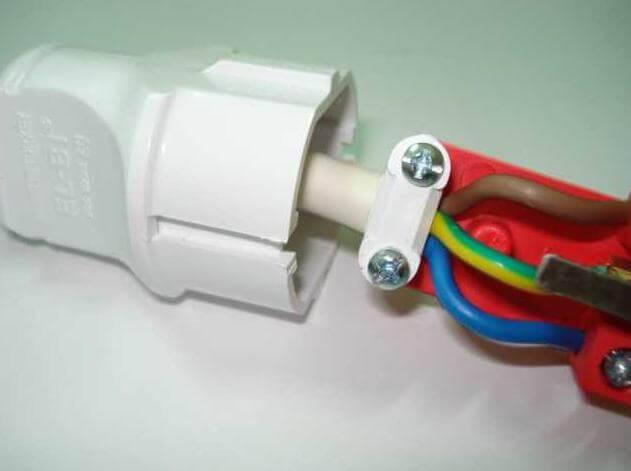 Рассмотрим как подсоединить провода к розетке