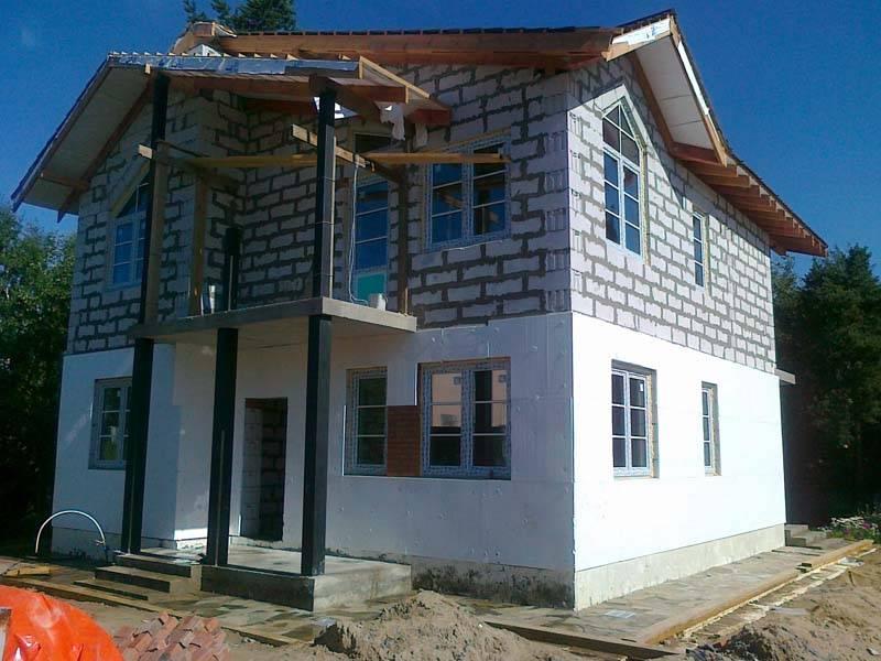 Чем отделать фасад дома из газобетона: материалы и способы их монтажа