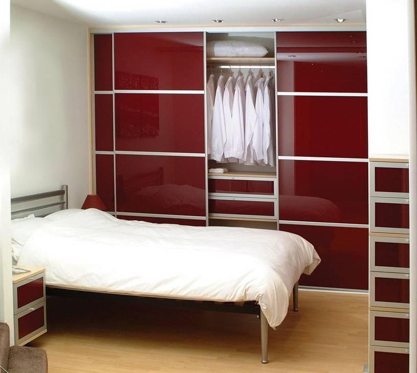 Угловые шкафы-купе в спальню: разновидности, советы по выбору и уходу