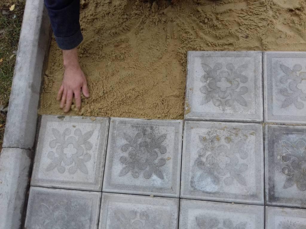 Особенности укладки тротуарной плитки своими руками: пошаговая инструкция для начинающих