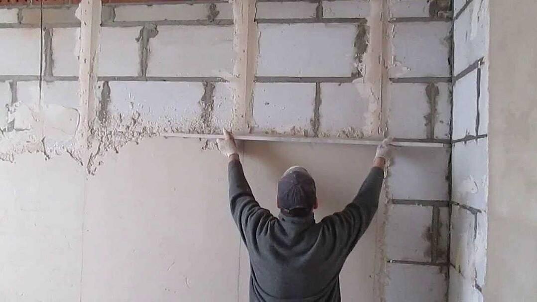 Чем выровнять стены под обои? как выравнивают в квартире своими руками, какие материалы нужны для выравнивания, этапы работ