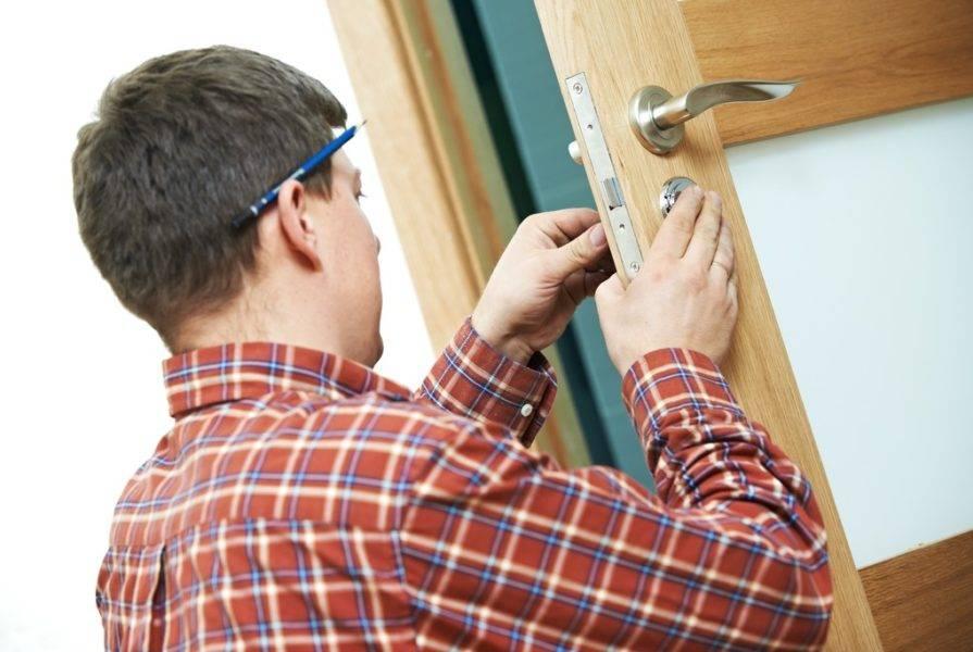 Замена стекла в межкомнатной двери своими руками: этапы и порядок проведения ремонтных работ