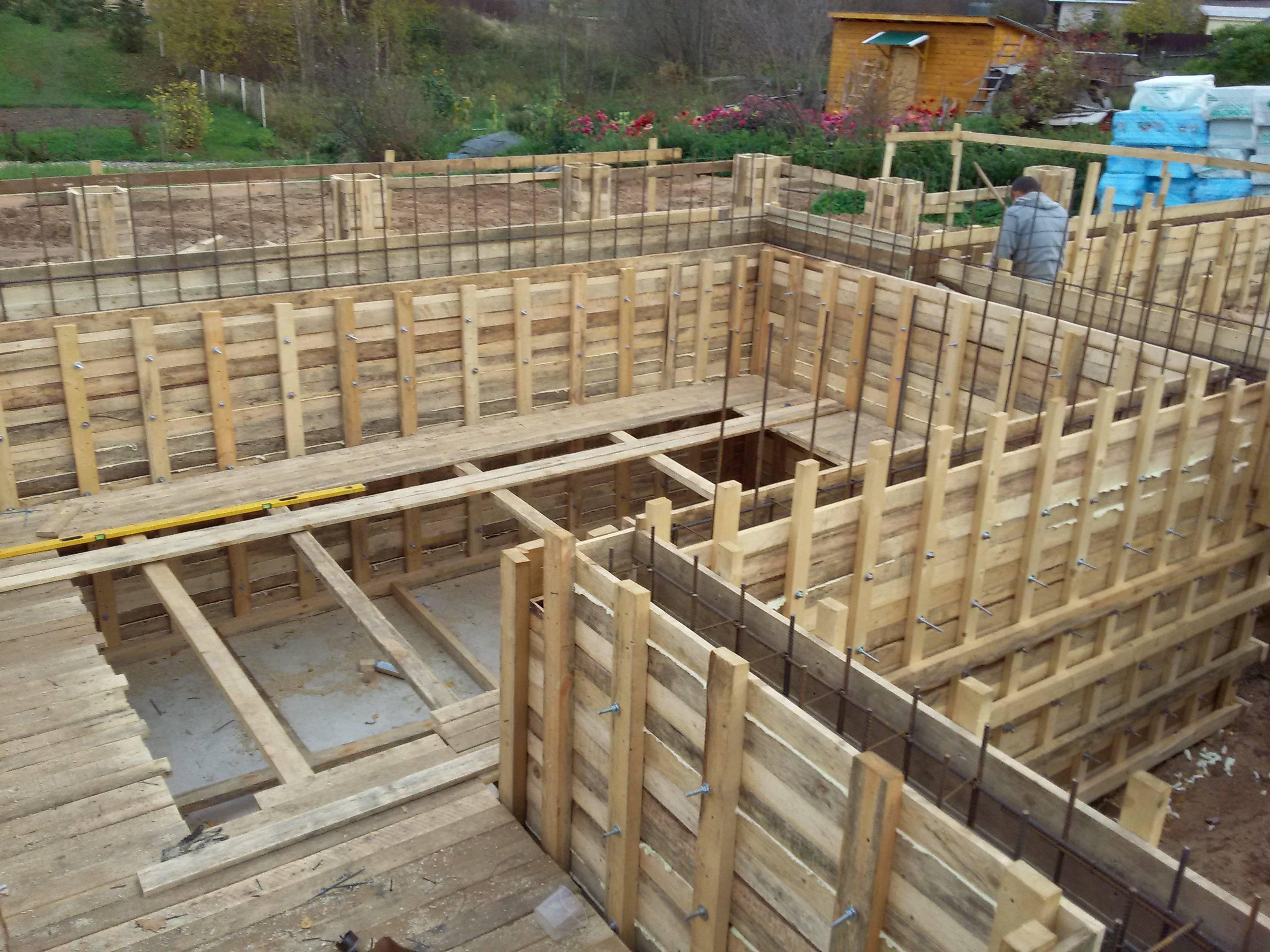 Цокольный этаж на склоне - основы строительства, фундамент