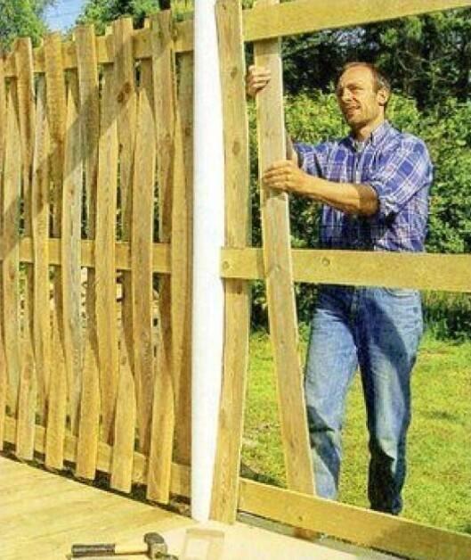 Учимся делать плетеный забор из доски – все тонкости процесса