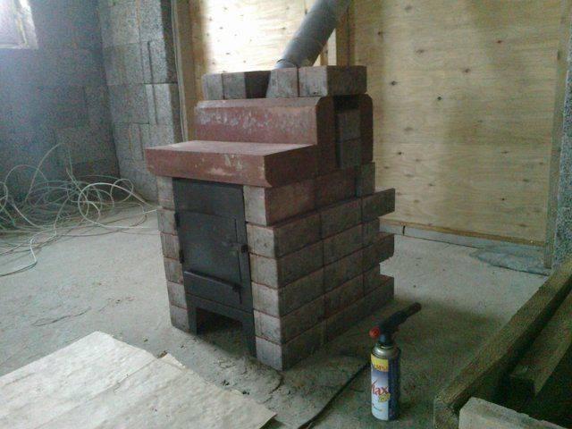 Небольшая по размеру, простая в эксплуатации: печь-буржуйка для дачи