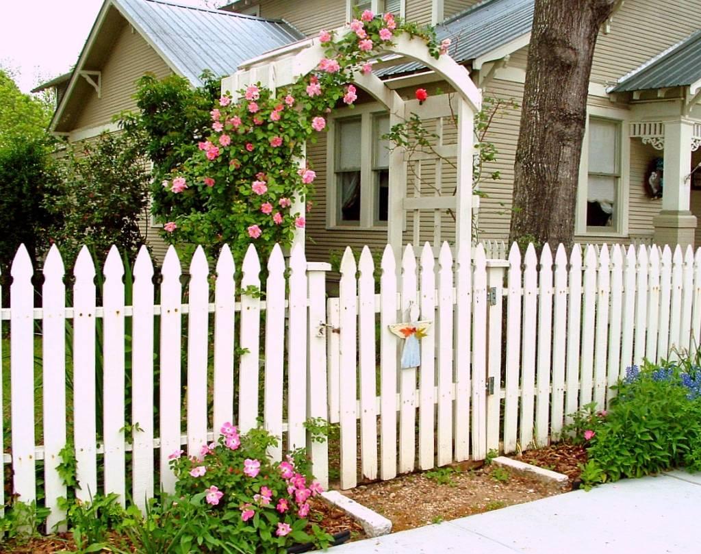 Заборы для частного дома – фото красивых ограждений