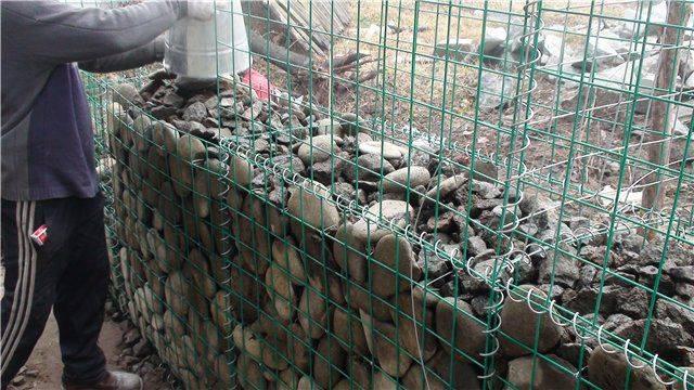 Заборы пергоны из камня в сетке: цены, фото и как сделать своими руками