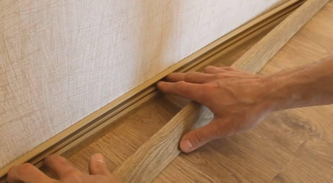 Как крепить плинтус к полу и стене: пластиковый, деревянный, мдф