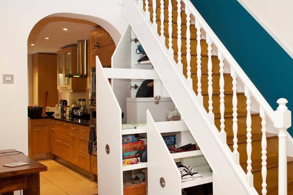 Как оформить и использовать пространство под лестницей на второй этаж