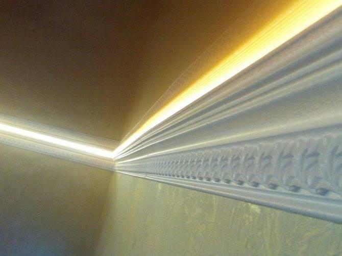 Широкий потолочный плинтус (22 фото): как приклеить к натяжному и другому потолку? галтели и молдинги в интерьере. как их выбрать?