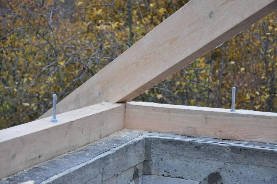 Как закрепить стропила на двухскатной крыше?