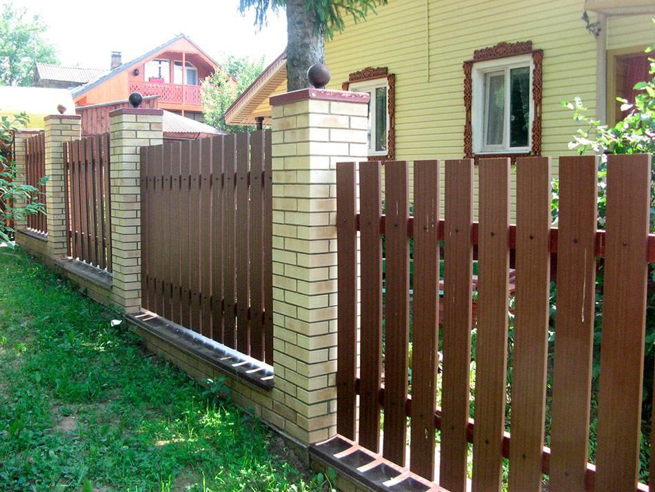 Из чего сделать недорогой забор для дачи - 80 фото примеров