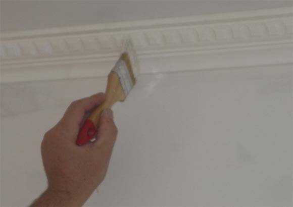 Как покрасить потолочный плинтус, какой краской лучше красить, фото и видео инструкции