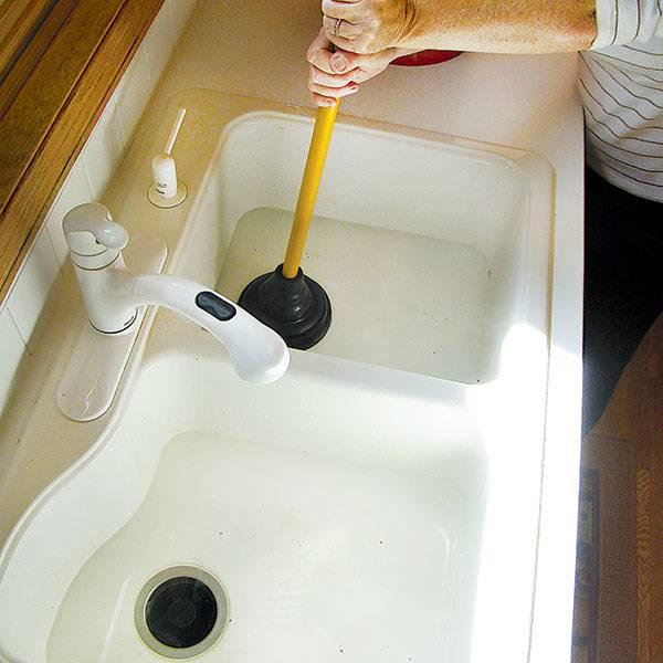 Как прочистить слив, если забилась раковина на кухне?