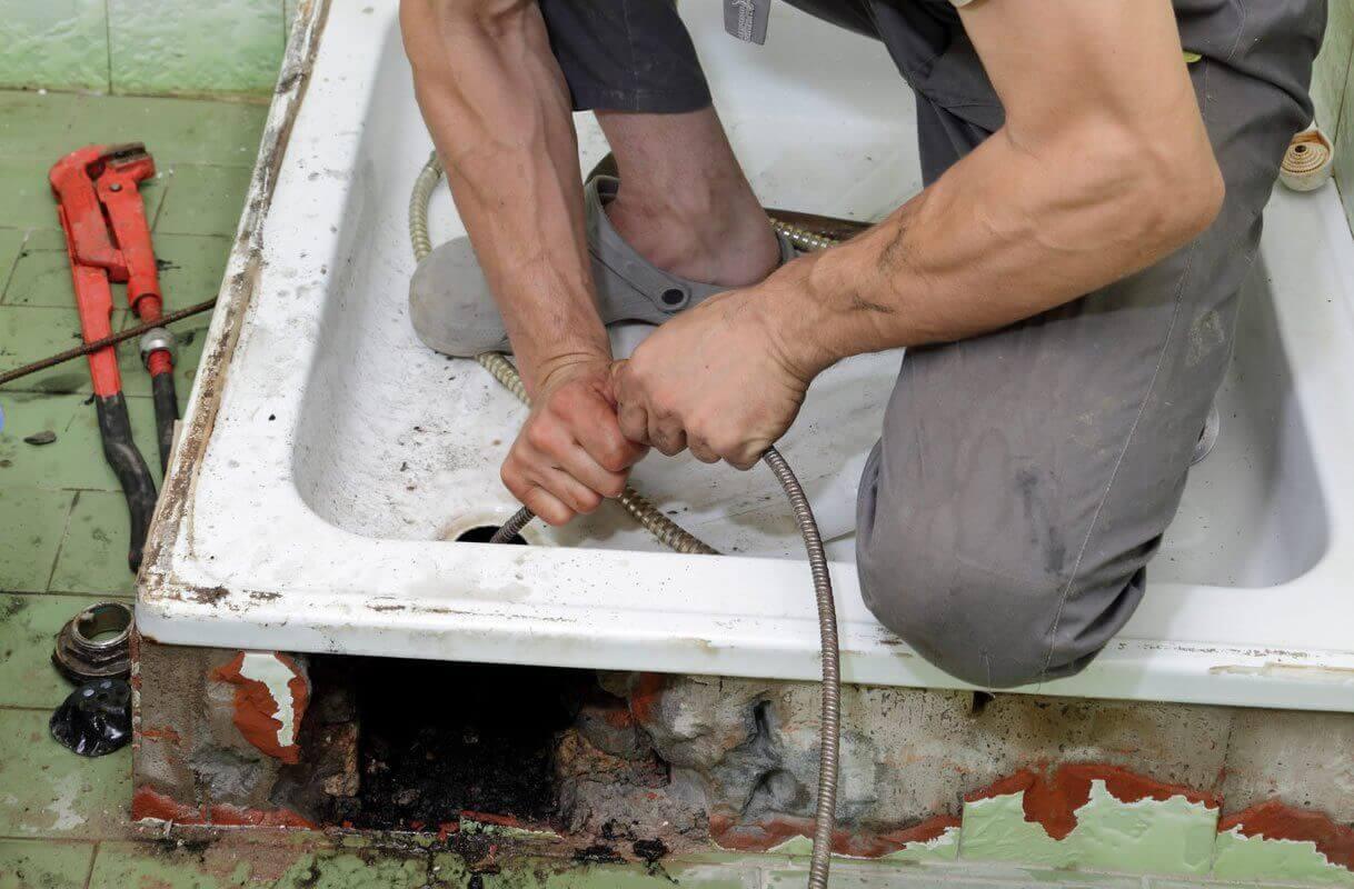 Чем прочистить канализационные трубы в частном доме: разновидности засоров и способы прочистки