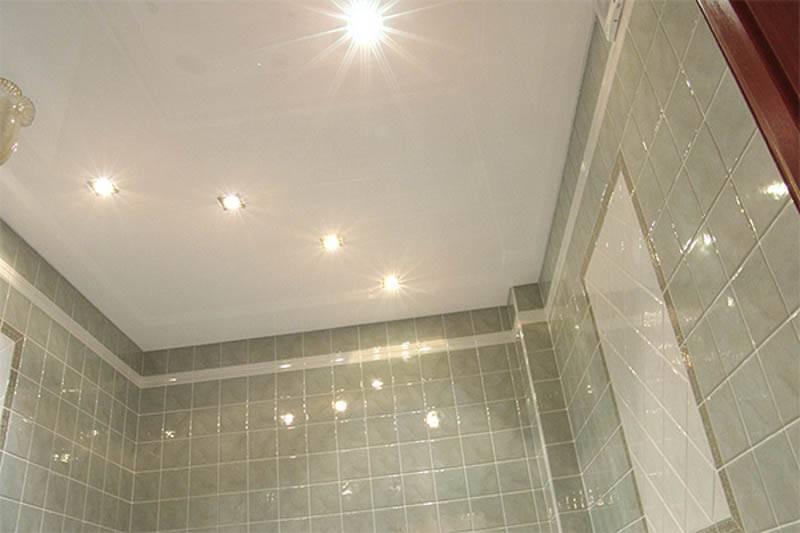 Какой натяжной потолок выбрать для ванной?