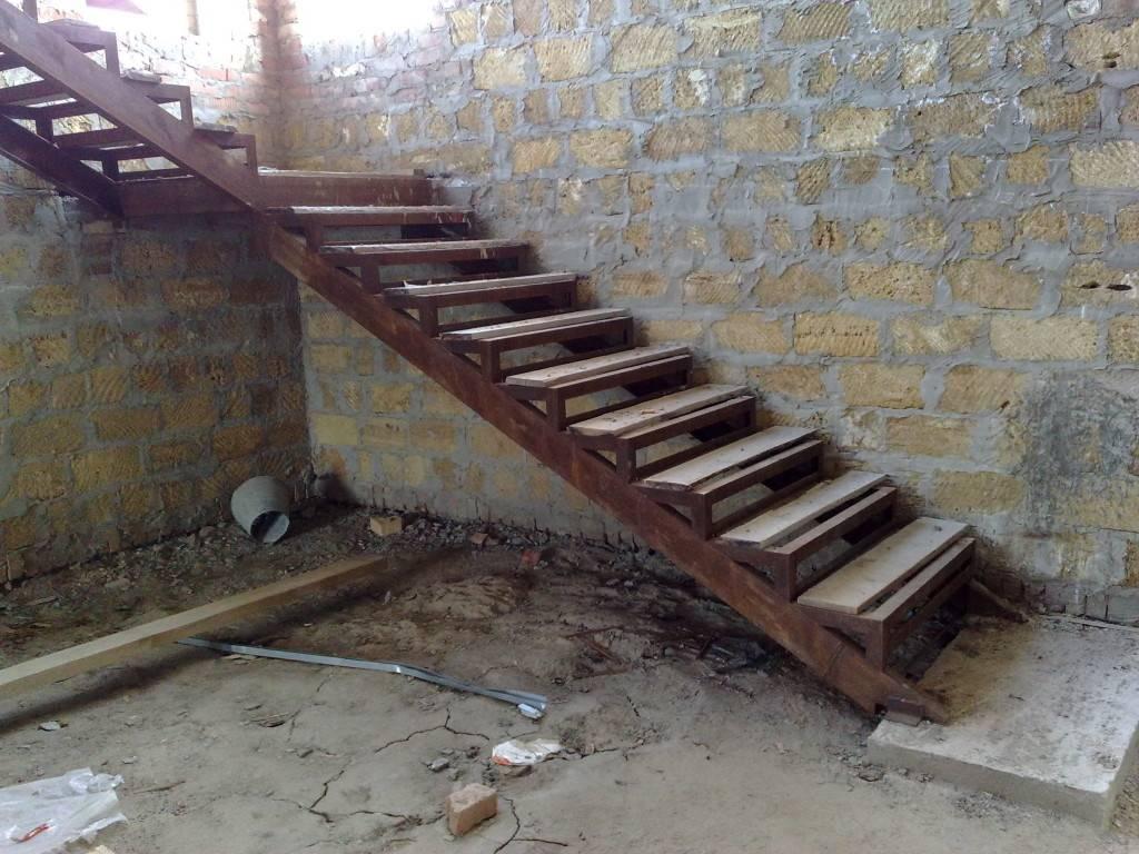 Лестница в погреб: выбор конструкции и процесс изготовления своими руками