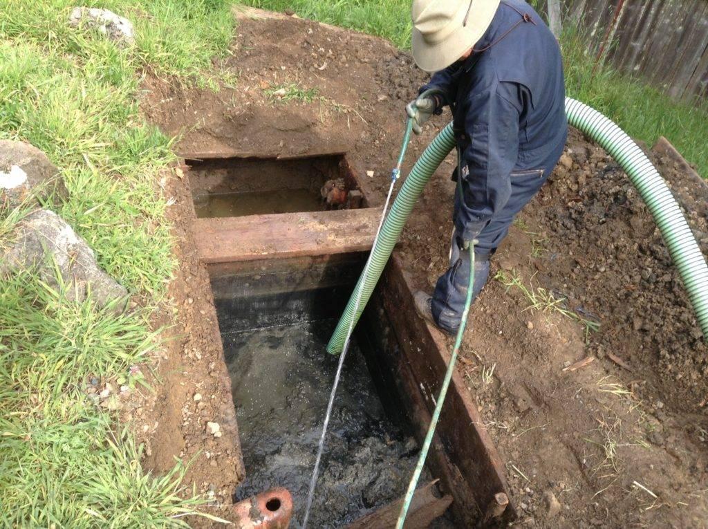Как очистить выгребную яму без откачки и с откачкой: способы очистки