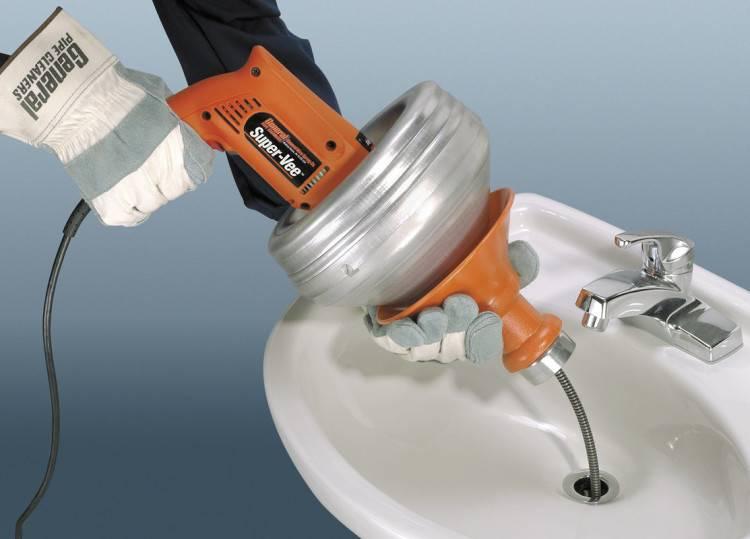 Как прочистить унитаз тросом: выбор инструмента и инструктаж по его применению
