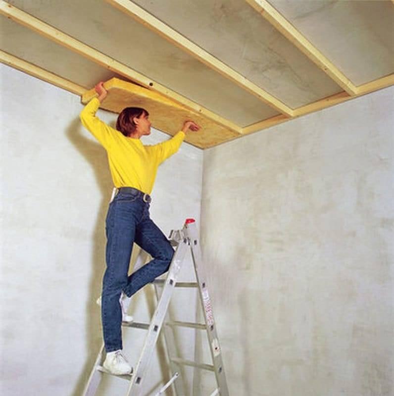 Как утеплить потолок в частном доме своими руками: как правильно сделать утепление изнутри, чем засыпать своими руками, какой утеплитель лучше, нужно ли утеплять