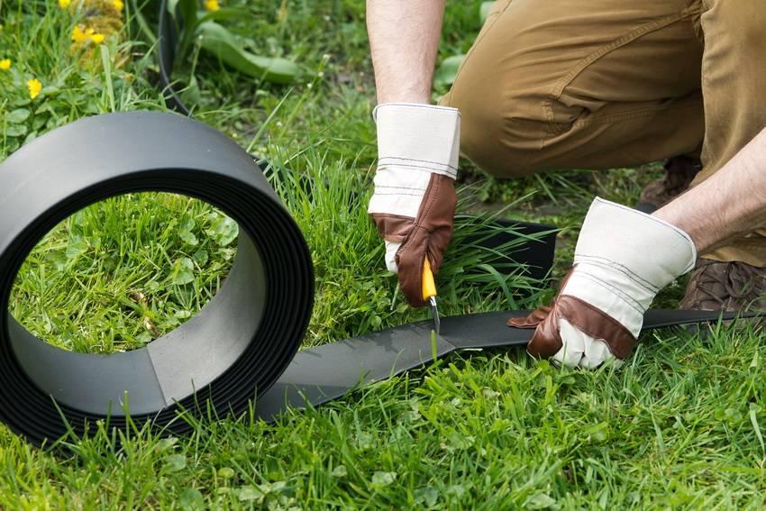 Бордюрная лента для грядок, клумб и садовых дорожек: виды, способы применения и установка садовых бордюров своими руками