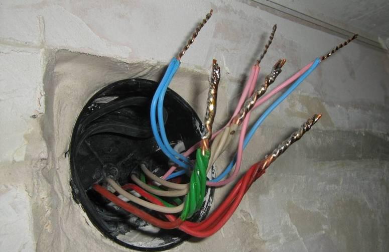 Соединение проводов в распределительной коробке для электропроводки