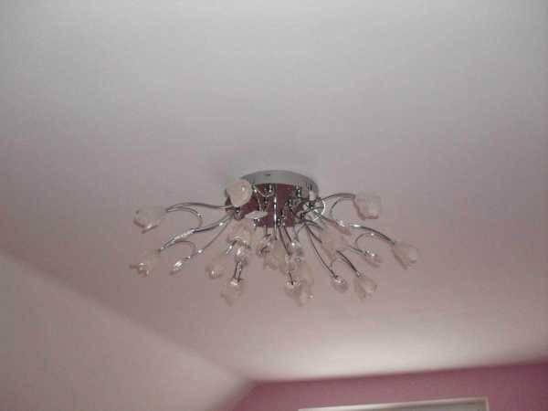 Люстры для натяжного потолка: дизайн, лампы, способы крепления и фото