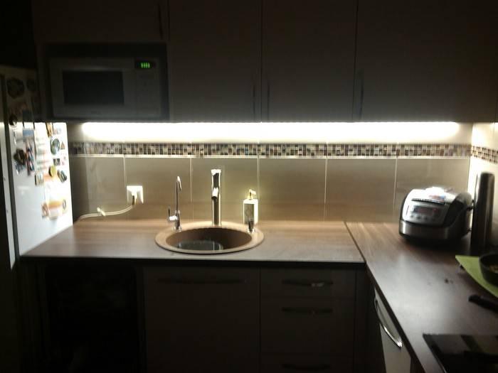 Установка светодиодной ленты на кухне (26 фото): как установить, прикрепить и подключить диодную ленту к кухонному гарнитуру своими руками?