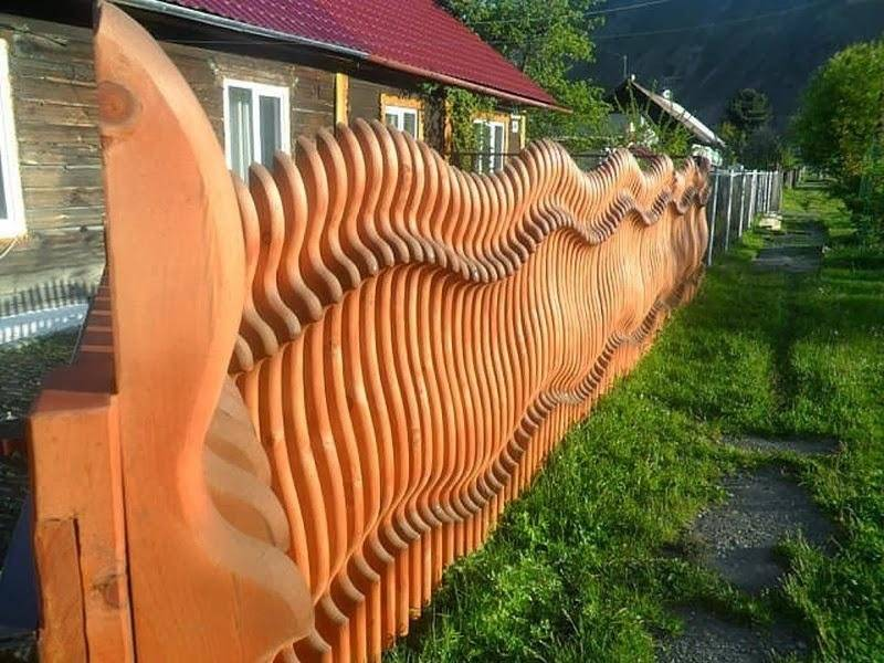 Красивые заборы из дерева для частного дома: фотогалерея
