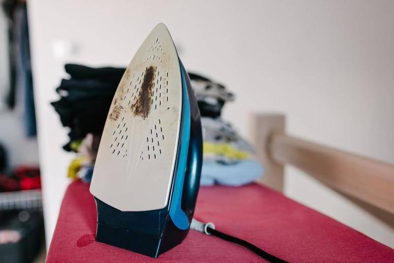 Как и чем почистить утюг от пригоревшей ткани в домашних условиях