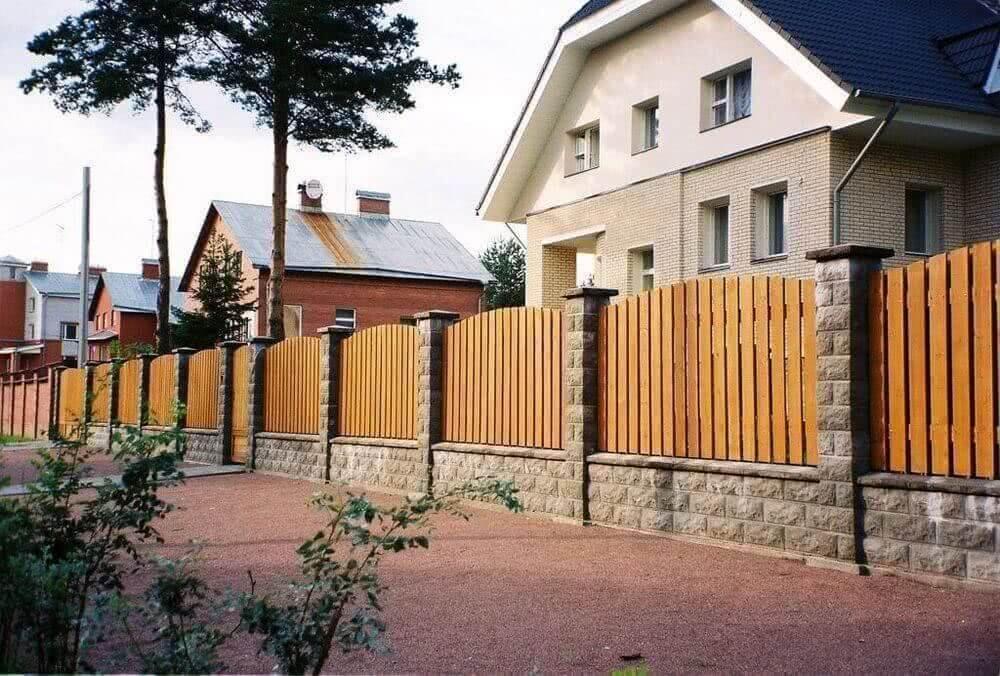 Заборы и ограждения для дома: фото 100 самых удачных проектов