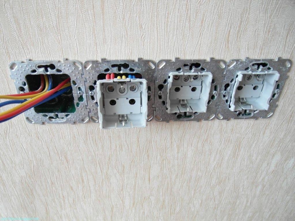 Как установить блок розеток в стене?