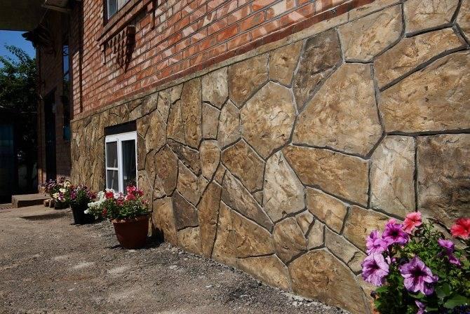 Отделка цоколя природным камнем своими руками: фото