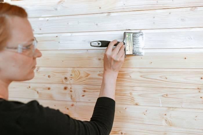 Как обработать вагонку в бане, внутри дома и на балконе, зачем нужна процедура и как ее правильно проводить, а также эффективные методы и необходимые материалы
