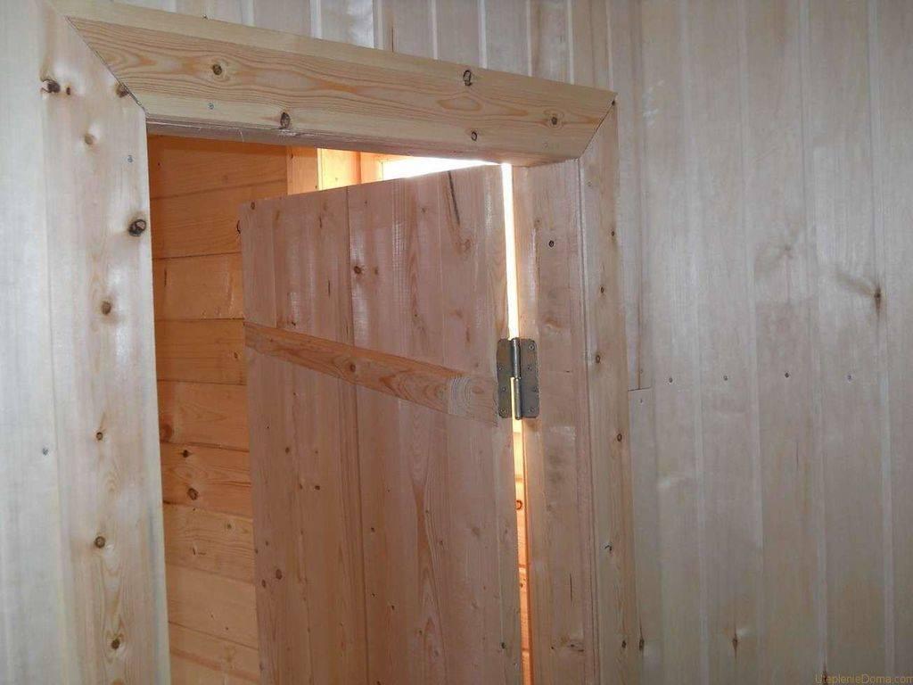 Установка двери в бане – важные особенности
